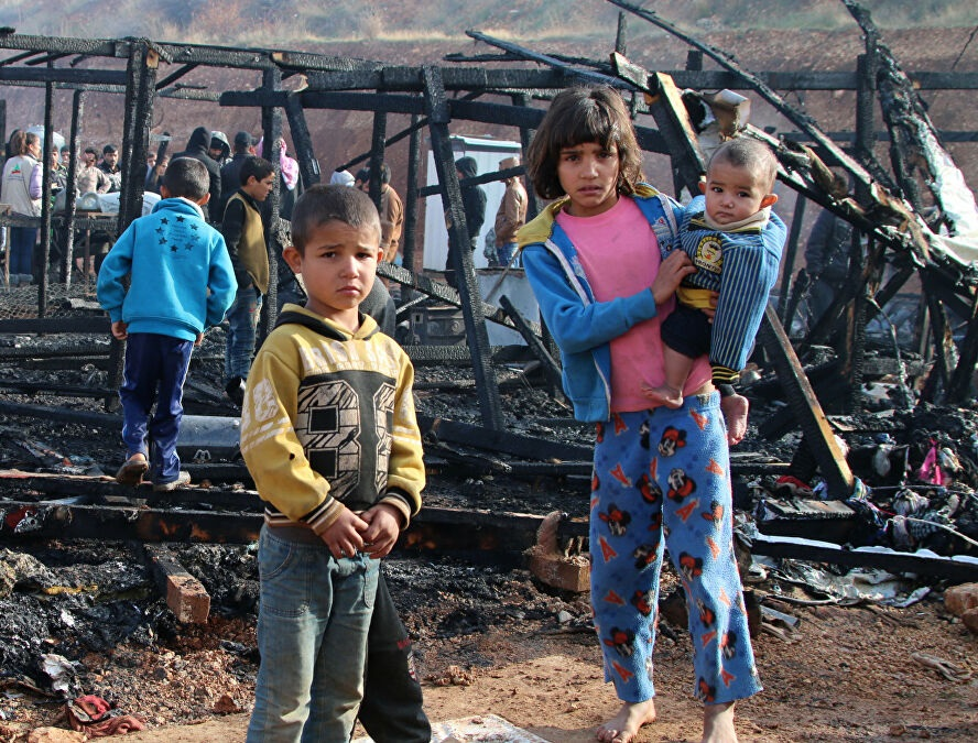 لاجئون سوريون يفرّون من مخيم في لبنان بعد اشتعال النيران بالخيام